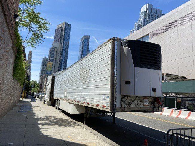 停在急診室大門外的冷凍屍車,已從兩輛減少到一輛。(記者鄭怡嫣/攝影)