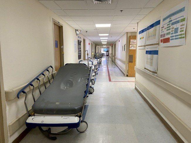 疫情高峰期間,走廊中的病床也排滿,如今則已空出。(記者鄭怡嫣/攝影)