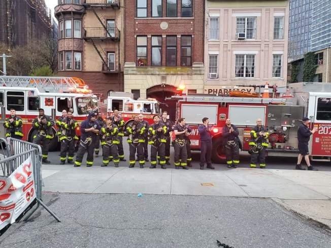 晚上7點,消防員鳴笛並為醫護人員鼓掌。(布碌崙醫院中心提供)