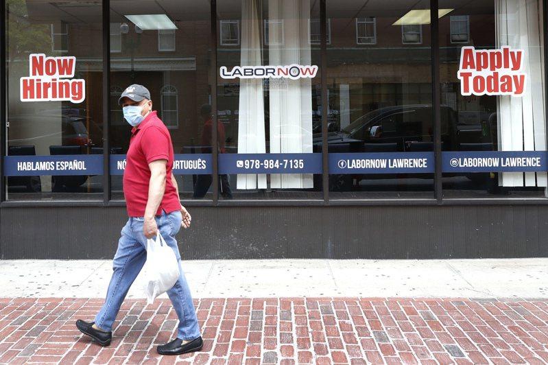 5月的就業報告超出預期,圖為在麻薩諸塞州,一位居民從一家貼著招聘廣告的商家門前經過。(美聯社)