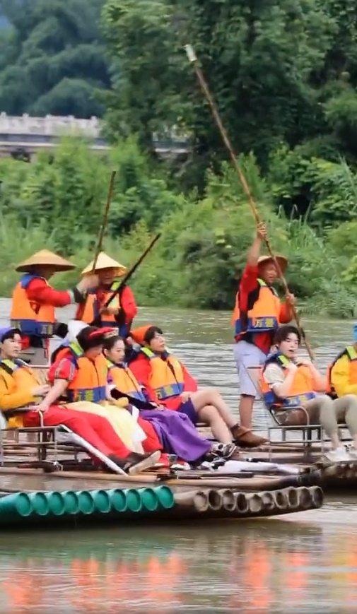 范丞丞、丁禹兮等人在桂林錄「青春環遊記2」,在暴雨後搭著竹筏錄節目。 圖/擷自微