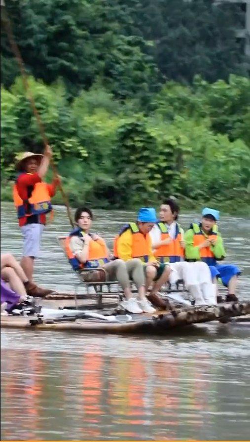 范丞丞、丁禹兮等人在桂林錄「青春環遊記2」,在暴雨後搭著竹筏錄節目。 圖/擷自微...