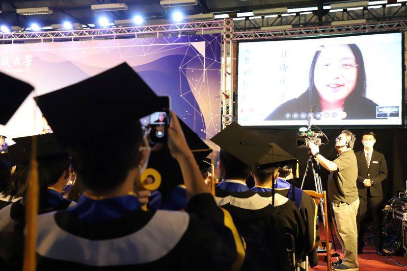 台科大畢業典禮邀唐鳳透過視訊和畢業生們演講,還可以與唐鳳政委直接互動。圖/台灣科技大學提供