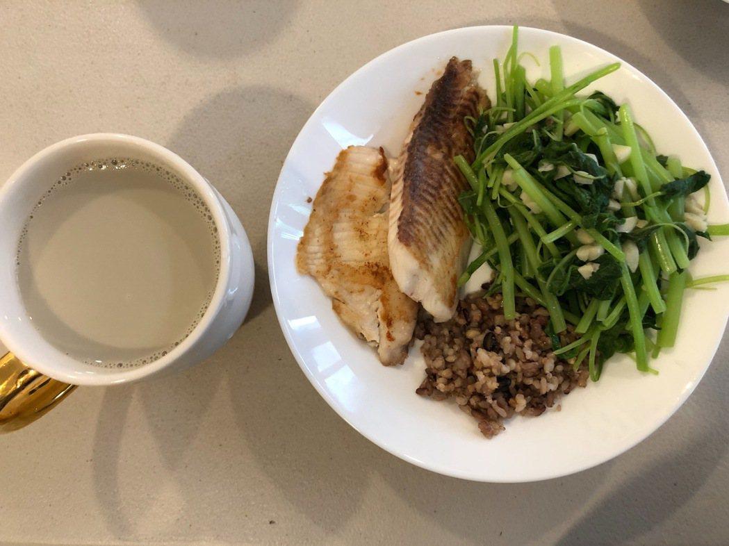 鯛魚佐蒜香空心菜。圖/Gloria提供
