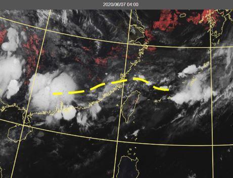 今晨4時真實色雲圖顯示,鋒面在北部海面向西延伸至華南,台灣上空有稀疏的中高雲。圖/取自「三立準氣象.老大洩天機」專欄