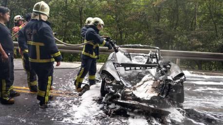 保時捷 Boxter北宜自撞釀禍 整車燒毀僅剩骨架!