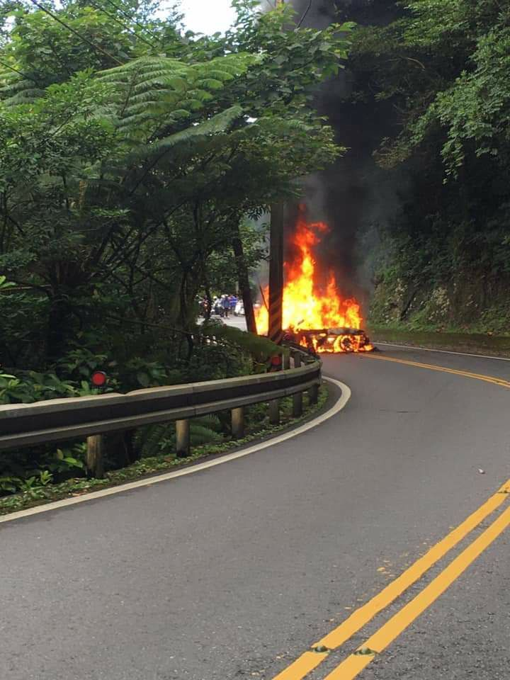 起火的保時捷猶如一顆大火球,佔據一線車道。記者陳俊智/翻攝