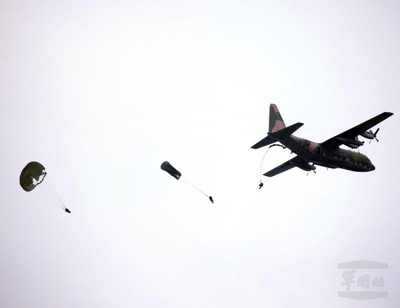軍備局也認為美軍自2013年陸續改用T11後,曾出現四件跳傘死亡案件,並沒有我現役T10B人員降落傘(如圖)好。圖:軍聞社
