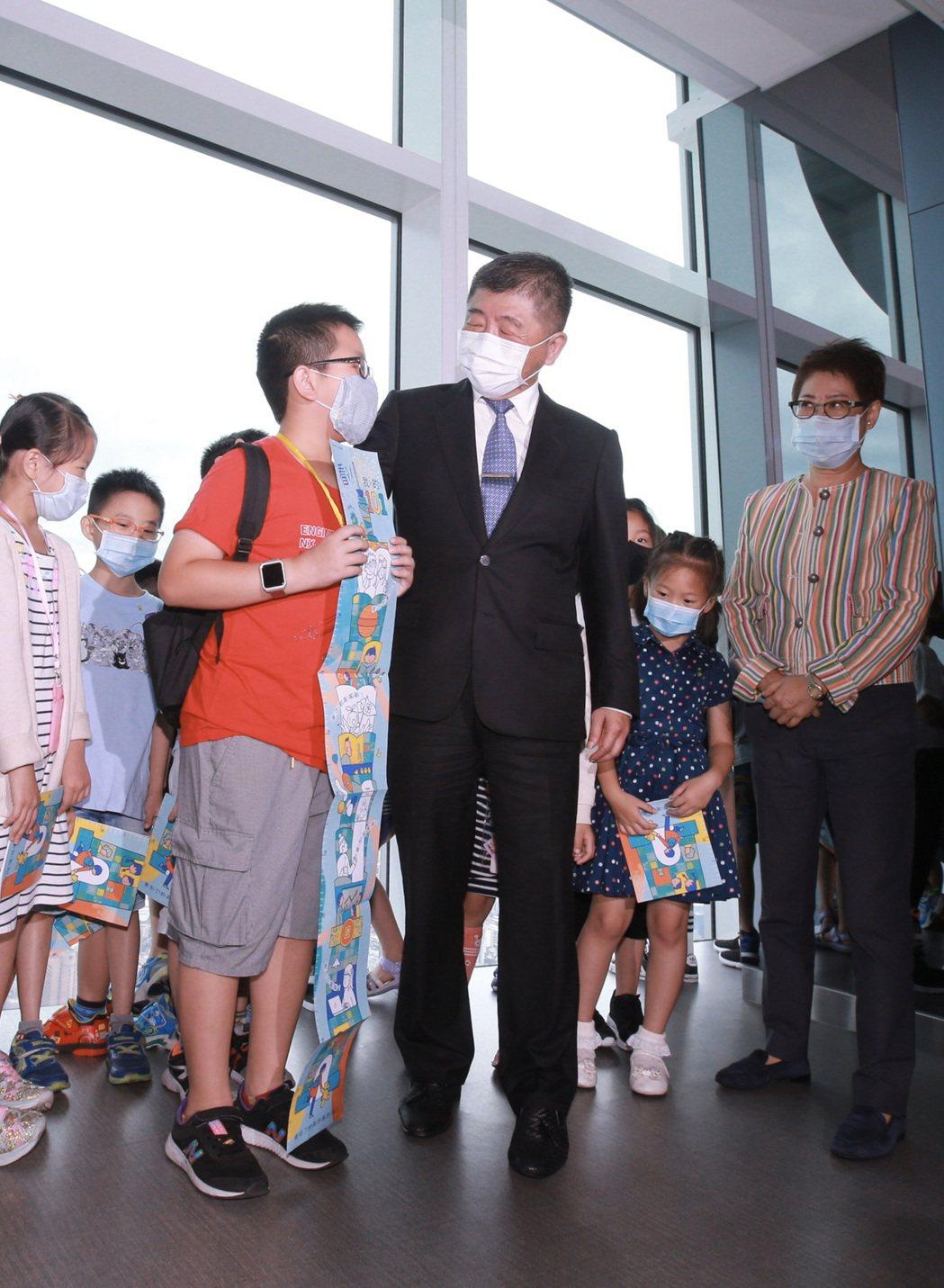 6月7日是國內大解封的日子,中央流行疫情指揮中心指揮官陳時中特別在解封首日來到台...