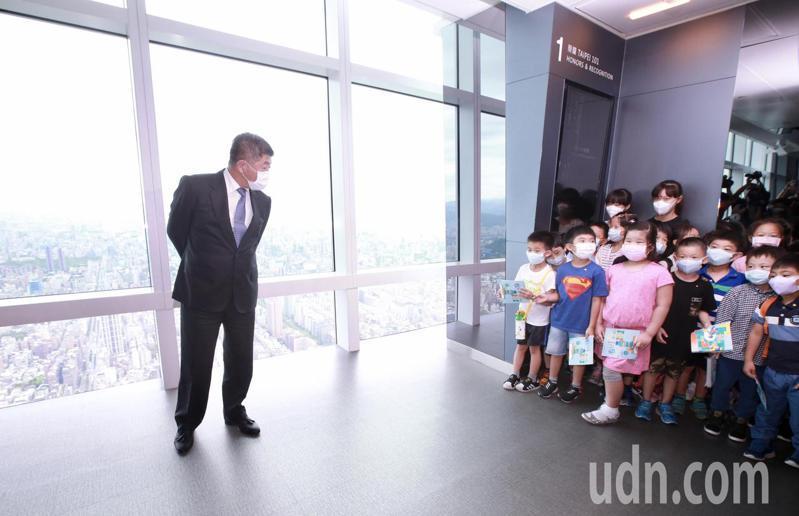 今天是防疫解封首日,衛福部長陳時中(左)與小朋友們一同來到台北101觀景台,體驗解封新生活。記者許正宏/攝影