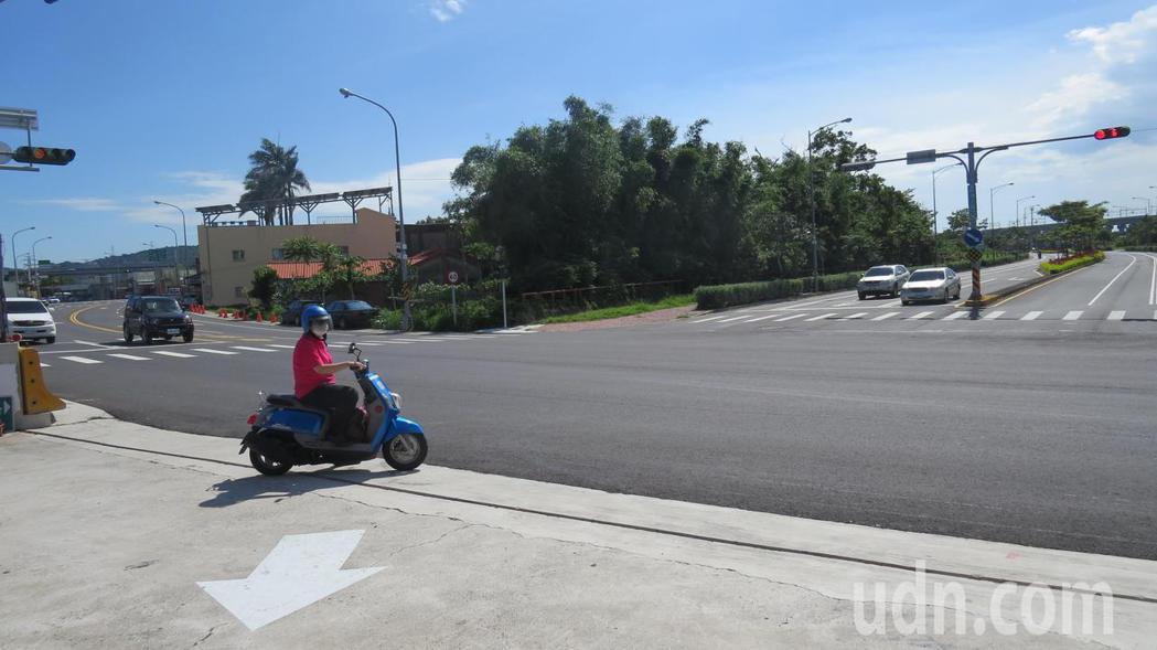 苗栗縣後龍鎮尖苗公路、新港三路口機車二段式左轉,卻未設待轉區,騎士只能停在路旁私...