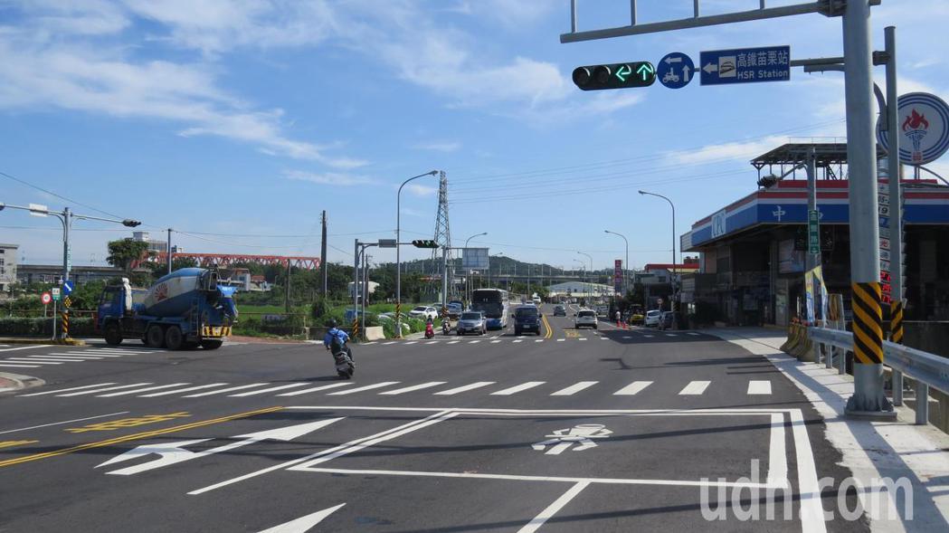 苗栗縣後龍鎮尖苗公路、新港三路口號誌輪放,有些機車不顧二段式左轉,直接就左轉。記...