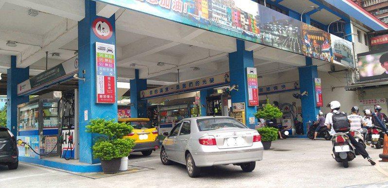 中油公告明天凌晨零時起汽、柴油價格每公升各調漲0.7元及0.6元,基隆市的加油站今天出現排隊加油車潮。記者邱瑞杰/攝影