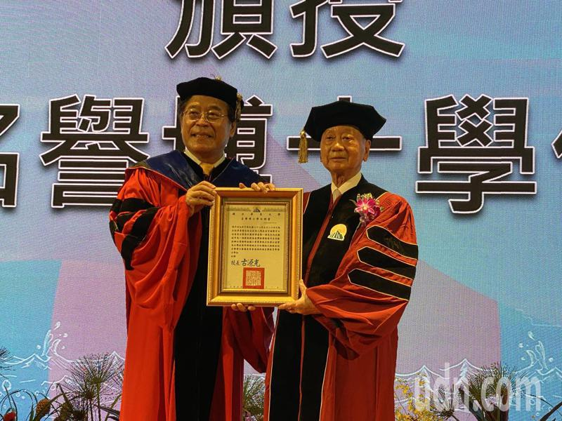 屏東大學校長古源光(左)今在畢業典禮上頒發「榮譽博士學位」給傑出企業家、校友張平沼。記者劉星君/攝影