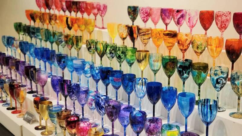 張靖宜說,她的創作發想來自於生活的體悟,且琉璃彩創作大多為意象,通常不預先構圖;可以從創作體驗中,發現全新的自己。圖/張靖宜提供
