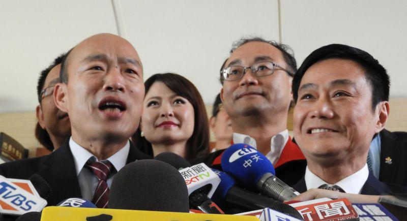 高雄市長韓國瑜(左)與高雄市議長許崑源(右)交情深厚,韓面臨罷免時,許仍大力挺韓。圖/本報資料照片