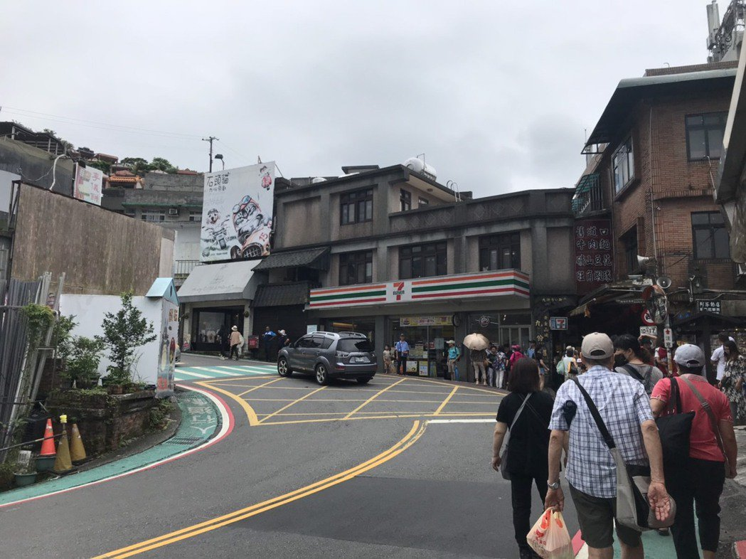 今天是台灣「解封」首日,新北市九份老街國內遊客回流七成。商家說,老街談不上人擠人...