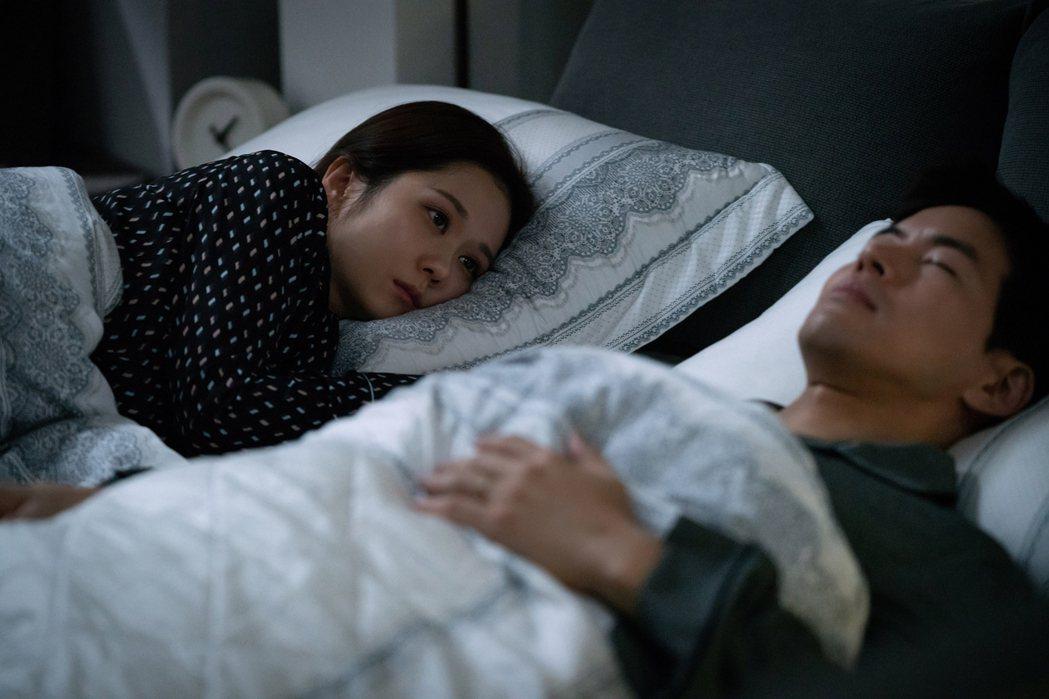 「VIP」戲中,張娜拉(左)面對老公李相侖疑似出軌,夫妻同床異夢。圖/八大提供