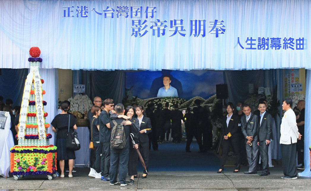 吳朋奉告別式,導演劉梓潔(左六)等人出席。記者潘俊宏/攝影