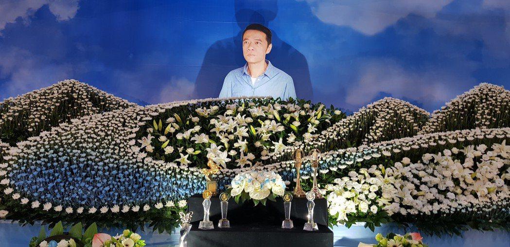 吳朋奉生前獎座放在現場。圖/金熙國際提供