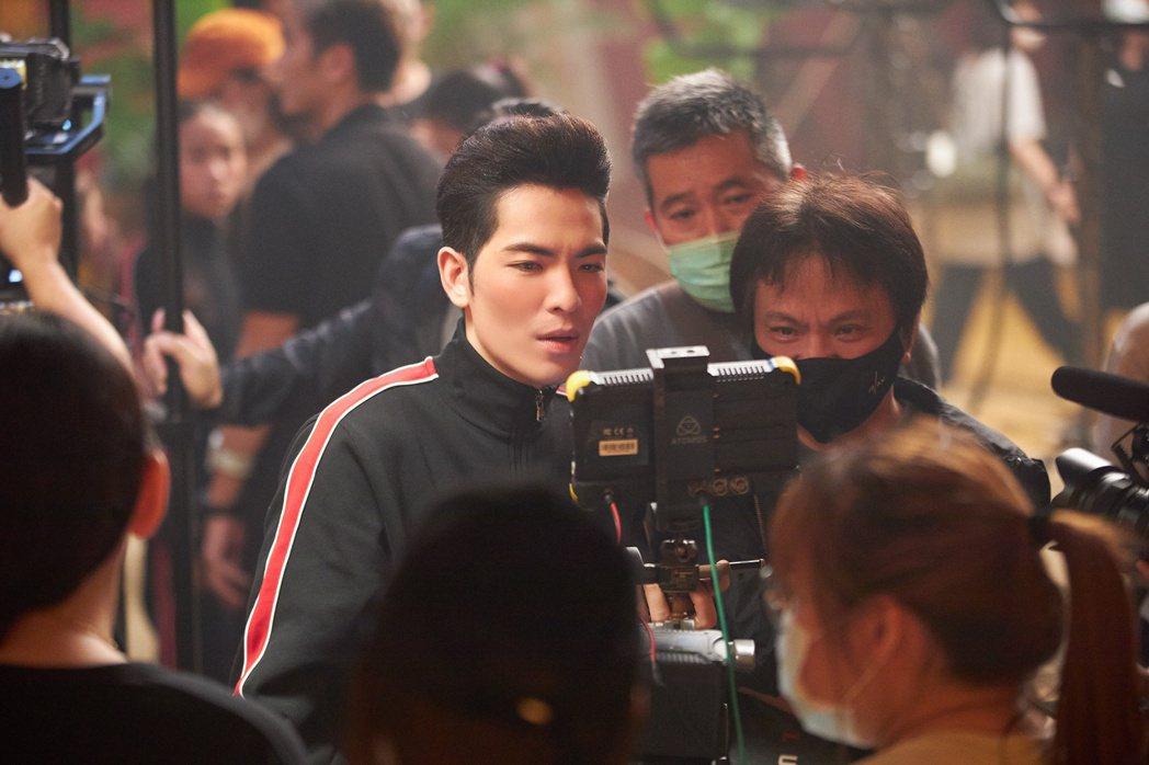 蕭敬騰在新歌「猴籠」再度擔綱導演重任。圖/華納音樂提供