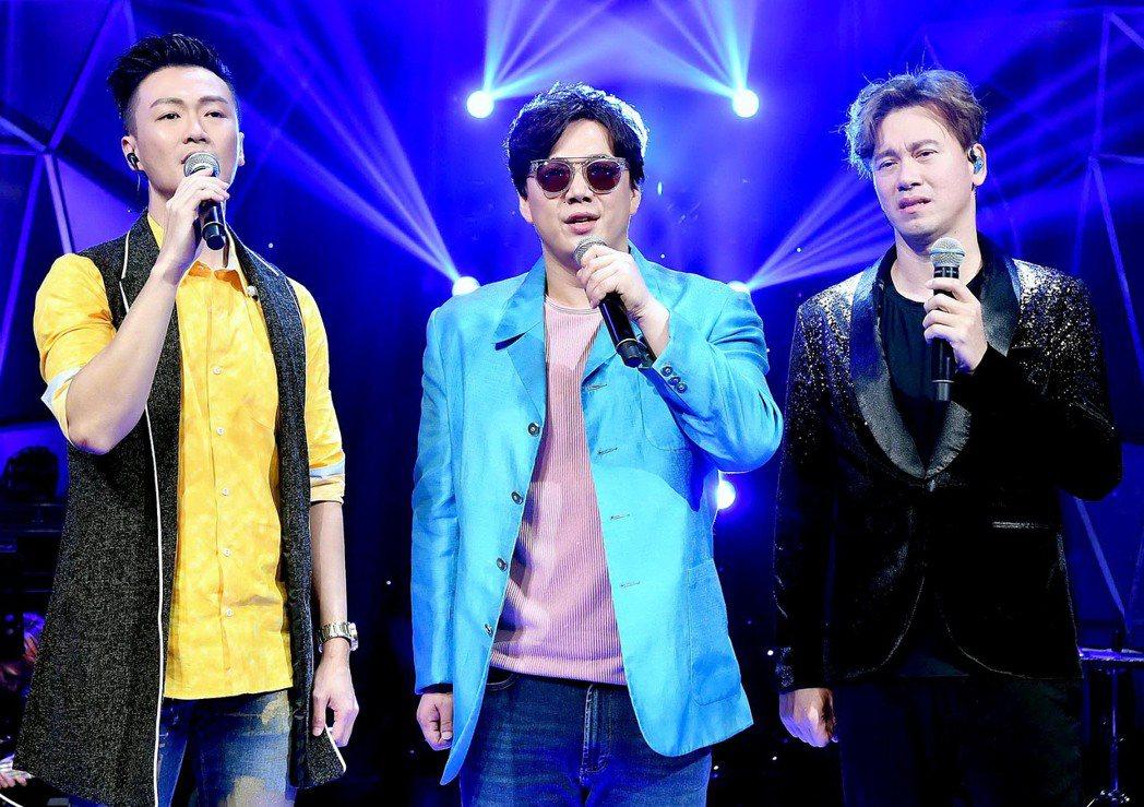 李聖傑(右起)、蕭煌奇、林俊逸同台飆歌。圖/華視提供