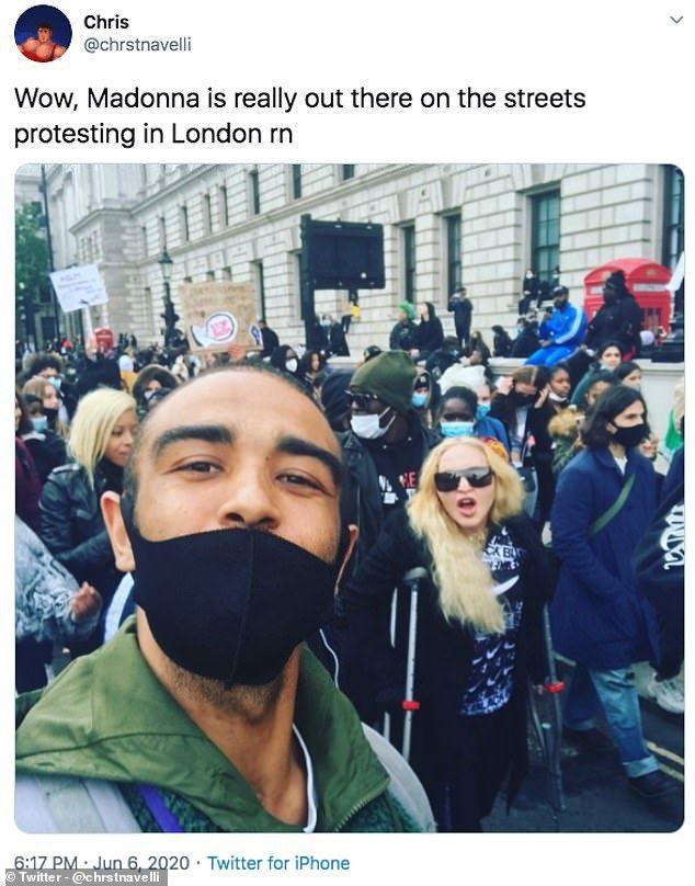 瑪丹娜拄著拐杖堅持出席倫敦示威遊行,力挺黑人平權,並且親切與抗議民眾合照。圖/摘...