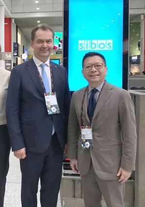 集保結算所董事長林修銘(右)與俄羅斯集保公司董事長Eddie Astanin(左)完成簽署MOU,未來將共同促進雙方資本市場之發展。圖為雙方去年出席SIBOS國際會議時所攝。集保/提供