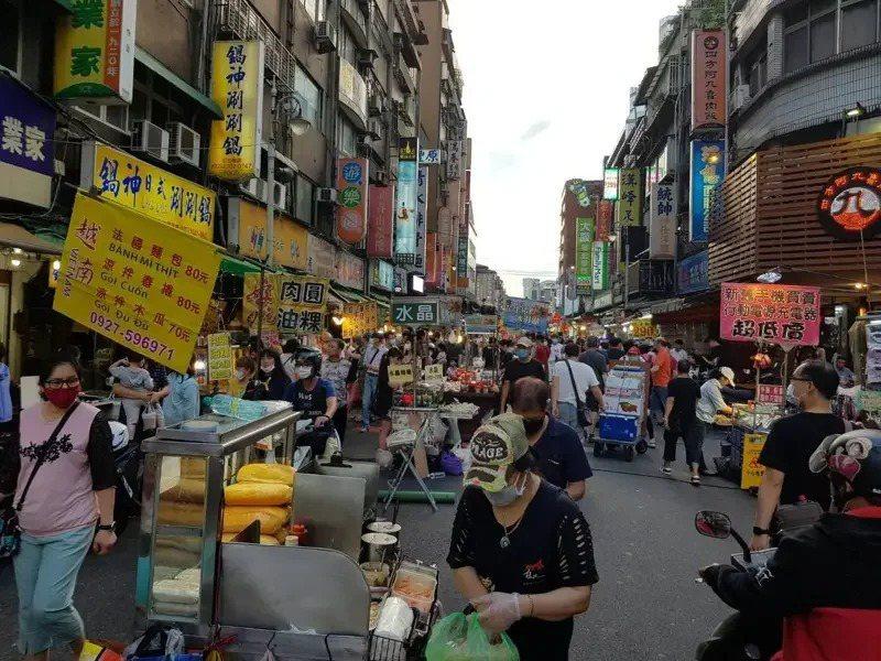 台灣夜市常被外國觀光客批評又髒又亂。記者翁浩然/攝影