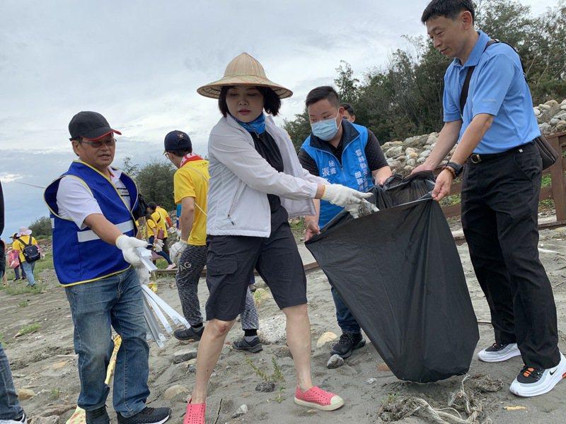 雲林縣長張麗善(左二)帶頭淨灘,希望喚起民眾的危機意識,別成為傷害環境的幫兇。記者陳苡葳/攝影