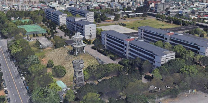 Google衛星地圖恢復部分城區3D功能,位於桃園的龍崗地區周邊如化兵群、資電群營區(如圖)圖資都恢復可3D檢視。圖/取自Google Earth