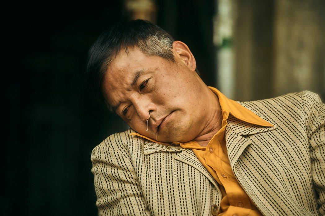 李銘順在「做工的人」戲中,詮釋半邊癱瘓入木三分,令觀眾揪心。圖/大慕影藝提供