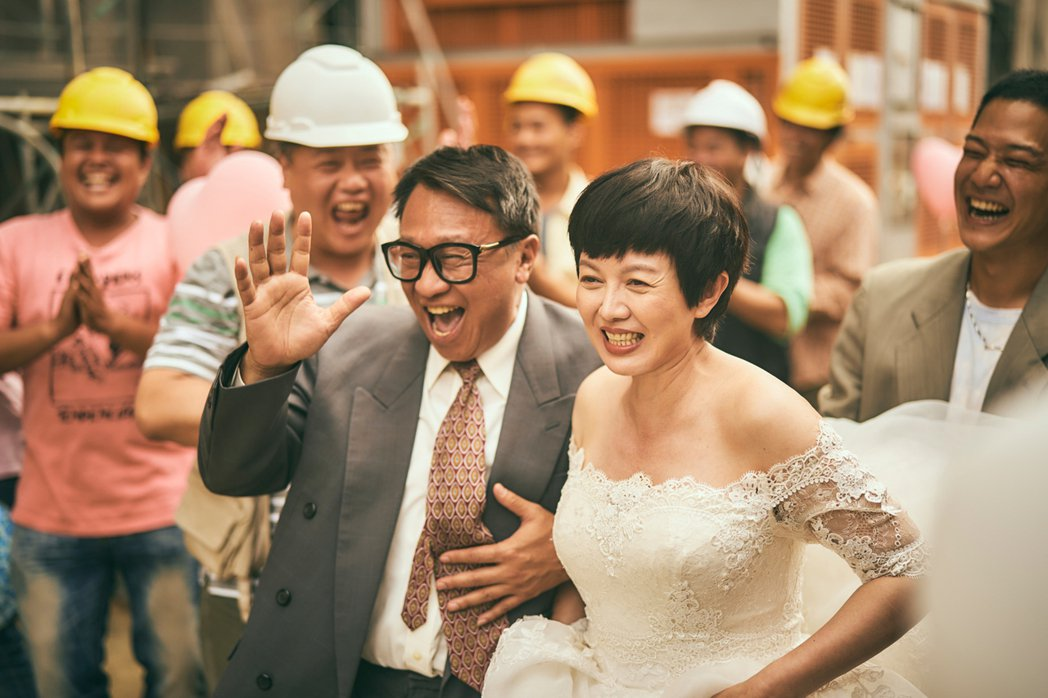 游安順(左)、苗可麗在工地舉辦婚禮。圖/大慕影藝提供