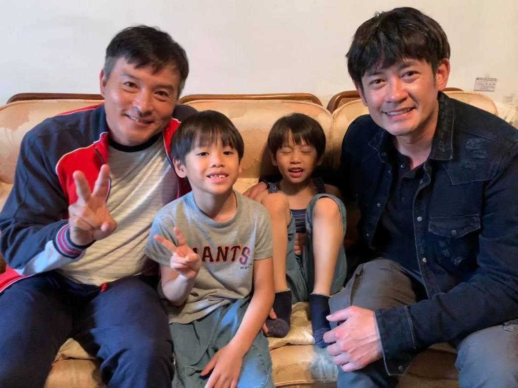 李銘順、柯叔元與劇中飾演他們的童星。圖/讀者提供