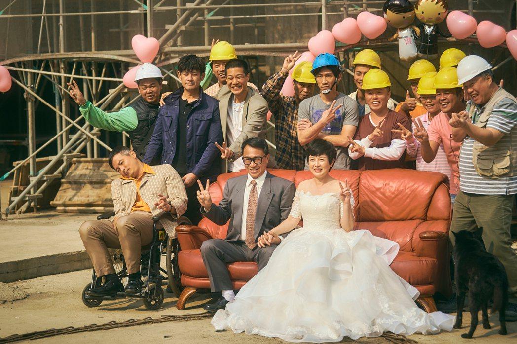 苗可麗(前排右起)、游安順劇中辦工地婚禮,中風的李銘順坐輪椅出席。圖/大慕影藝提...