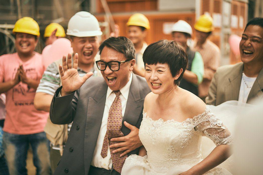 游安順(左)、苗可麗辦工地婚禮。圖/大慕影藝提供