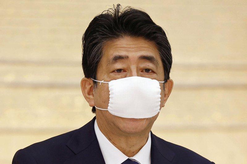 日本首相安倍晉三發放的布口罩在國內並不受歡迎。(美聯社)