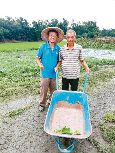 原本從事保險業務工作的秦瑋恩(左),去年9月返回鶯歌老家務農,並轉型從事有機農業。 圖/新北市農業局提供