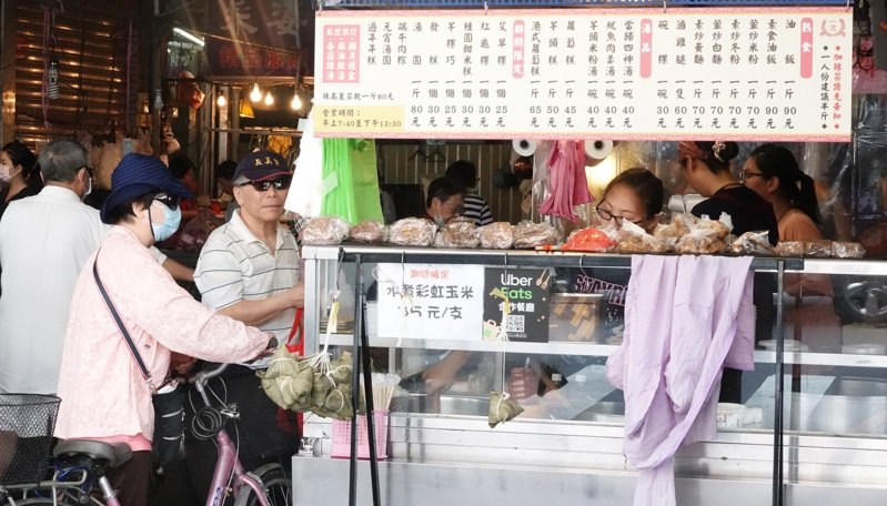 政府將在七月中發行振興三倍券,其中未滿百元的路邊攤販是否能受益,備受考驗。圖/聯合報系資料照片