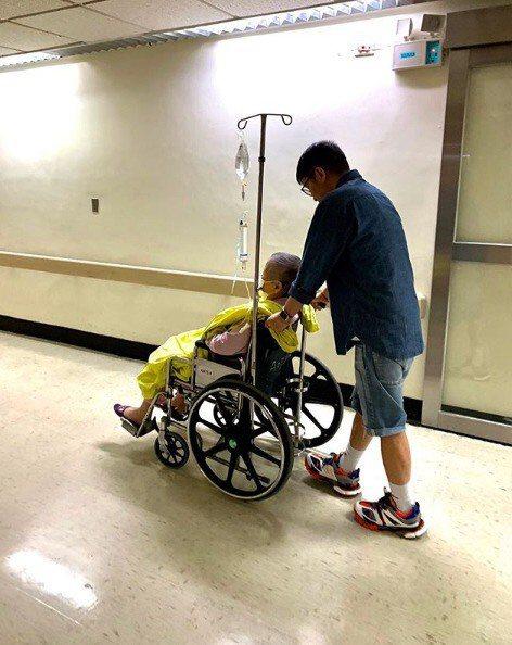 陳鎮川照顧生病的母親。 圖/陳鎮川提供