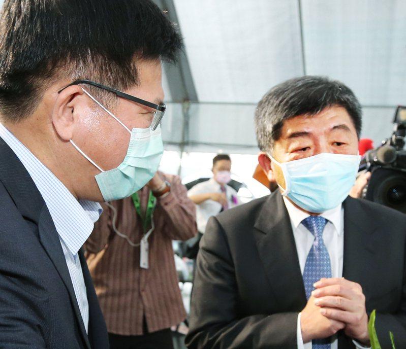 陳時中(右)與林佳龍(左)曾因鬆綁口罩禁令起爭執。圖/聯合報系資料照片