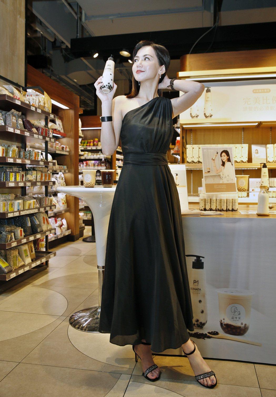 珍奶品牌「PiQiMi必可蜜」創辦人簡沛恩與美髮沙龍「RENATA蕾娜塔」合作開...