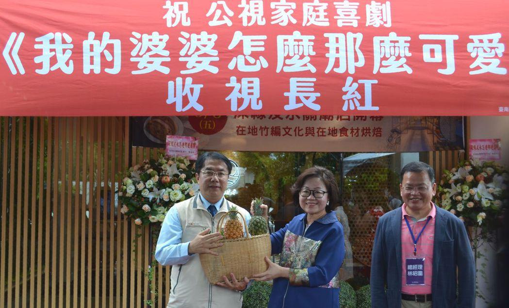 黃偉哲市長贈送象徵旺來的關廟鳳梨給陳郁秀董事長。  陳慧明 攝影