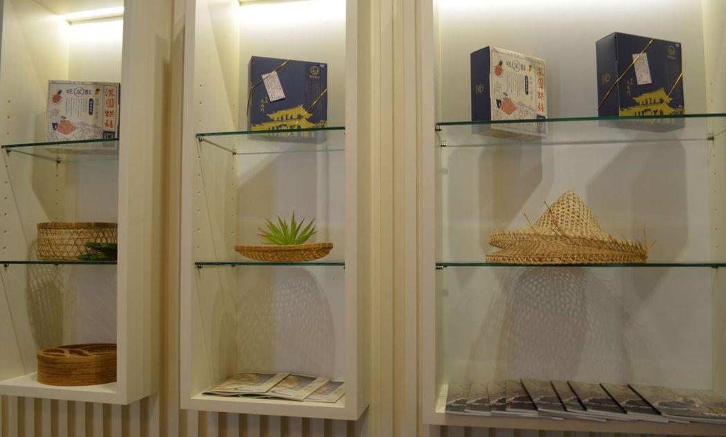 「深緣及水」旗艦店展出的鳳梨酥產品及竹編藝品。  陳慧明 攝影