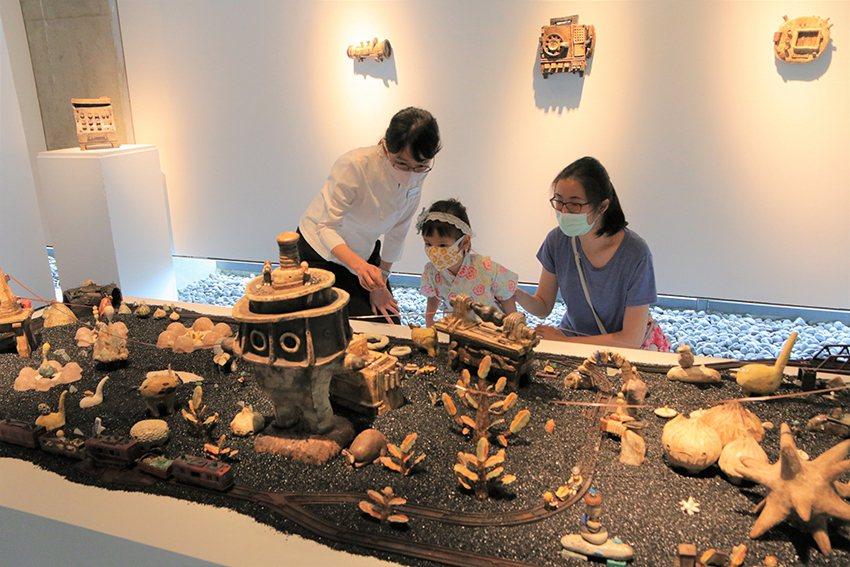 展期間特別推出「親子導覽」,以趣味的方式帶著親子觀眾探索有趣的彩繪作品。 陶博館...