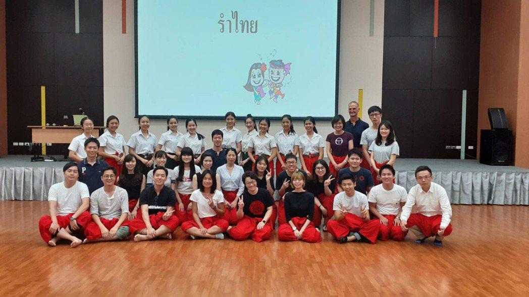 學員派訓泰國體驗傳統舞蹈。 貿協/提供