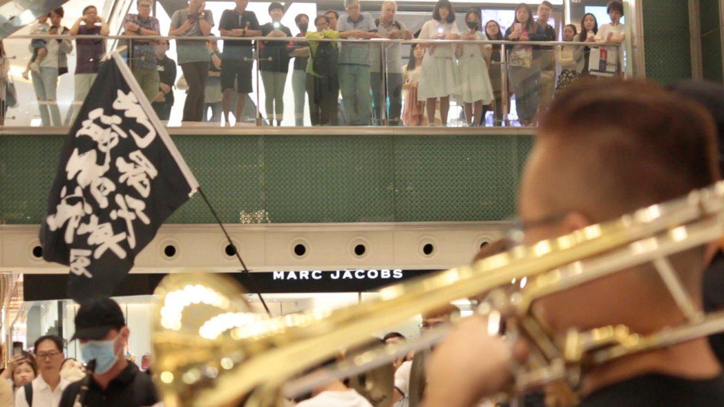 公視節目「藝術很有事」拍攝「榮光燦爛」記錄香港反送中運動期間,歌曲「願榮光歸香港