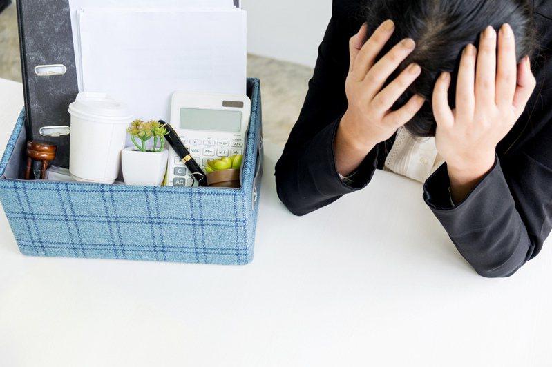 一名網友被挖角去新公司,卻在上班第2天被主管以「眼神太犀利」為由資遣,讓她傻眼。 圖/Ingimage