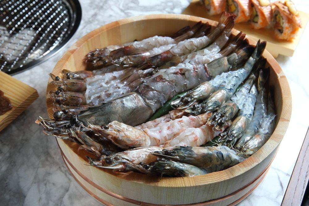 內含有1尾肥豬蝦、4尾澎湖明蝦、10尾草蝦、10尾白蝦的「痛風拼盤」。 示意圖/...