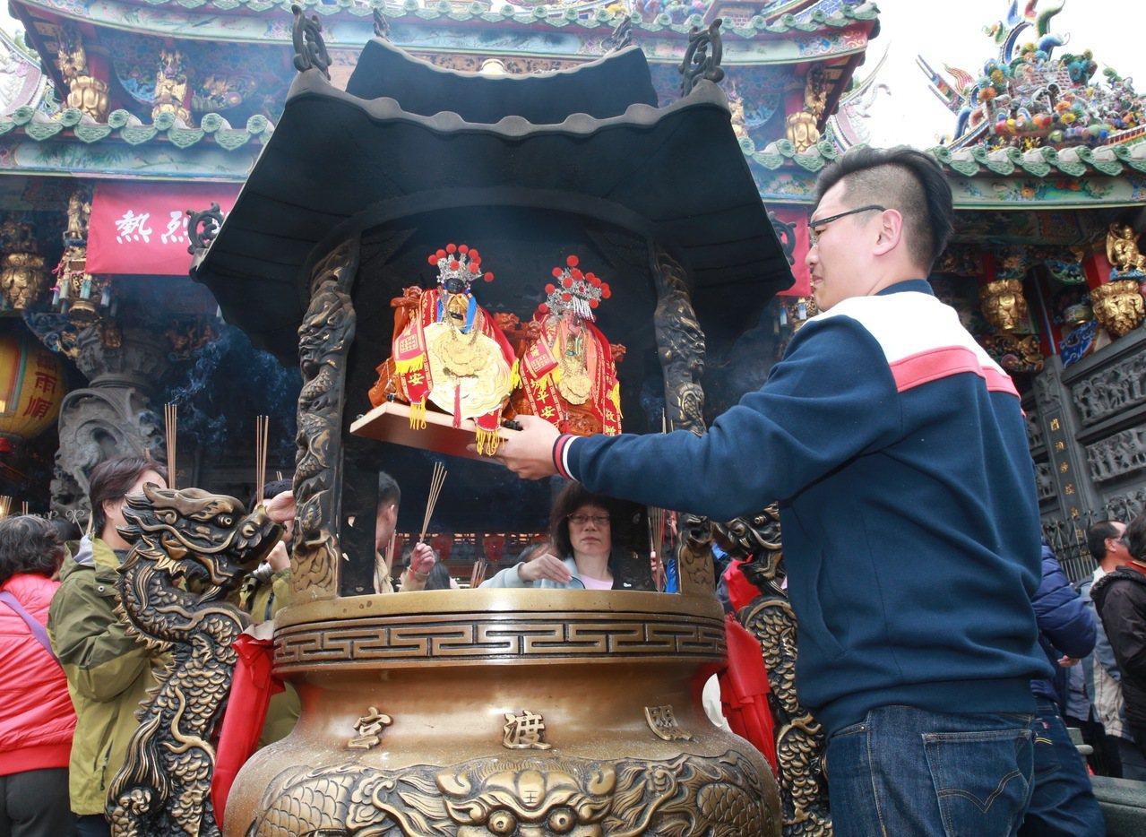 求取姻緣的廟宇「台北霞海城隍廟」,也有不少民眾誠心祈求能有好姻緣。 圖/黃義書 ...